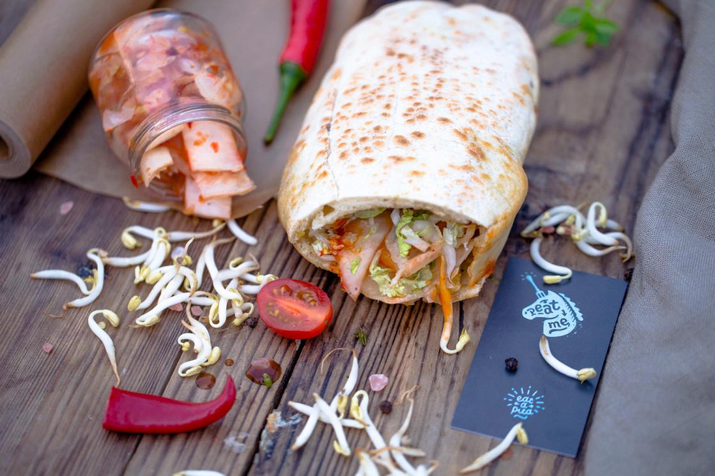 Ресторан Peat Me - фотография 5 - Острая пита с капустой кимчи