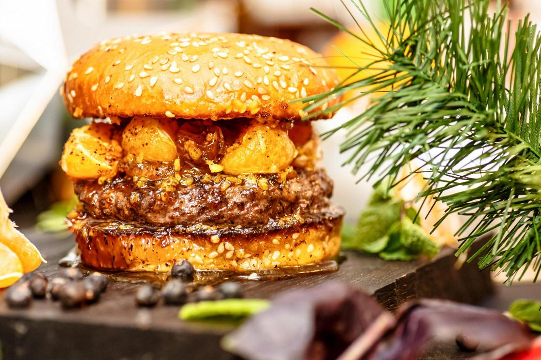 """Ресторан Burger Heroes - фотография 2 - Сезонное предложение - рождественский бургер """"Гринч"""" с карамелизованным мандарином, можжевельником и сырно-базиликовым соусом."""