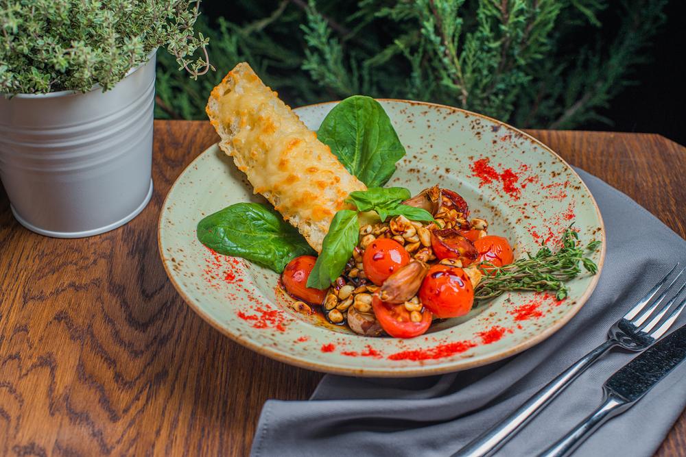 Ресторан Кусочки - фотография 8 - Чиабаттаа, запеченная с сыром до хрустящей корочки и томаты-черри с арахисом и базиликовым терияки