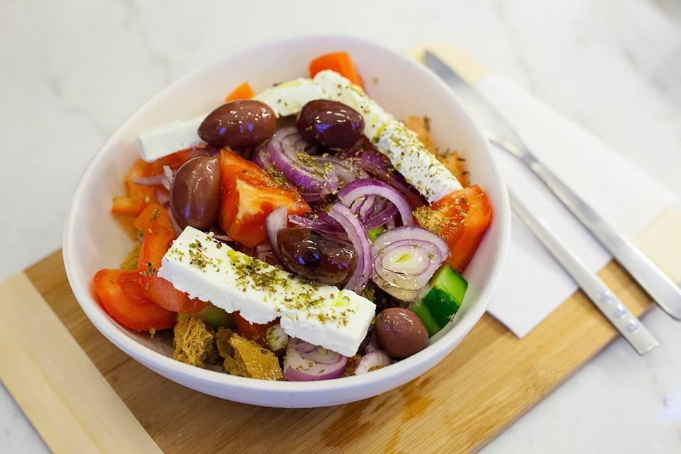 Ресторан Пита & Сувлаки - фотография 2 - Греческий салат с настоящей фетой, оливковым маслом, орегано и крупными оливками каламата