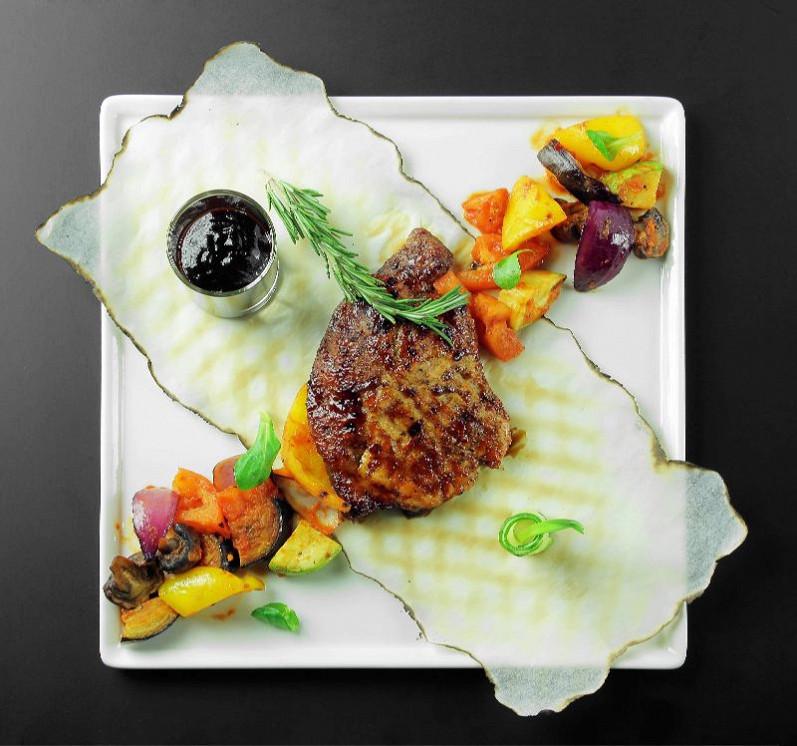 Ресторан Pool Bar & Grill - фотография 9 - Мясо поросёнка с фруктово-овощным рататуем
