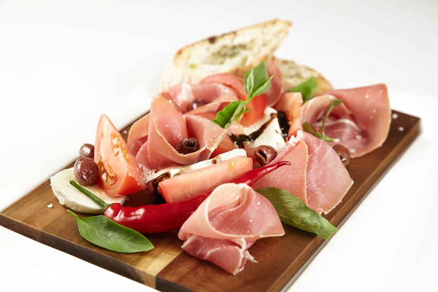 Ресторан Де Марко - фотография 27 - Пармская ветчина с моцареллой и томатами.