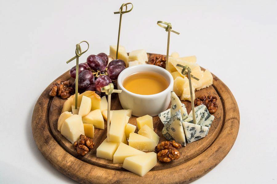 Ресторан Де Марко - фотография 17 - Ассорти из итальянских сыров.