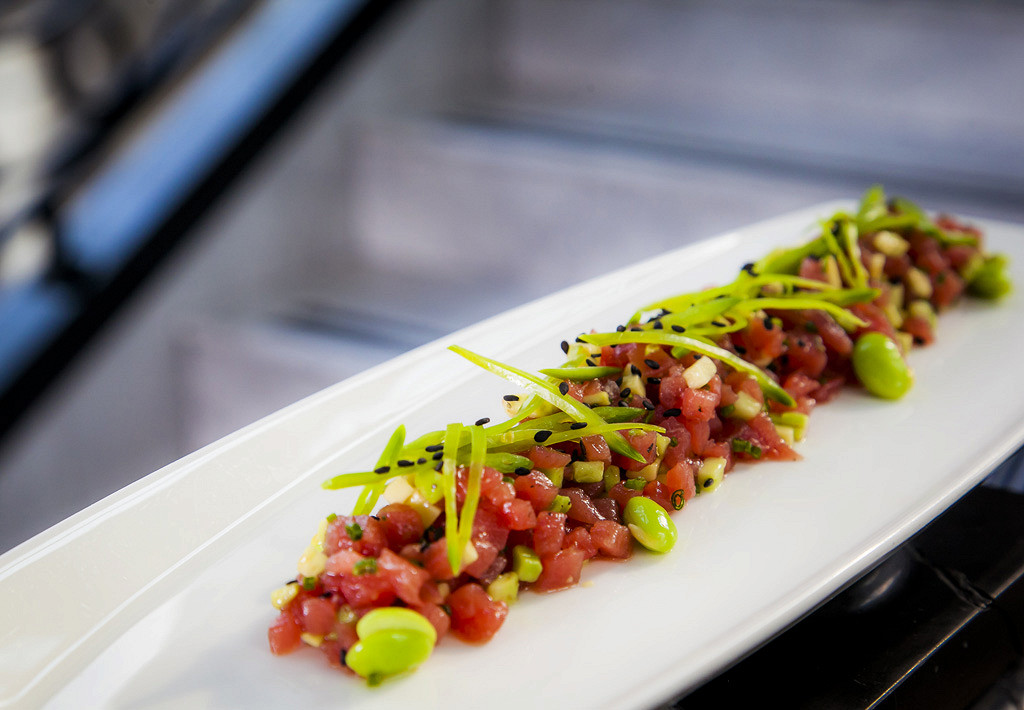 Ресторан Mercedes Bar - фотография 11 - Тар тар из тунца с авокадо