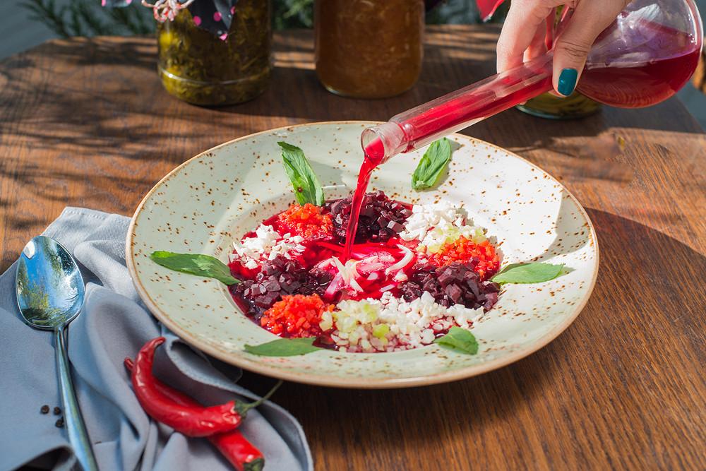 Ресторан Кусочки - фотография 11 - Свекольник с кальмарами и мятой