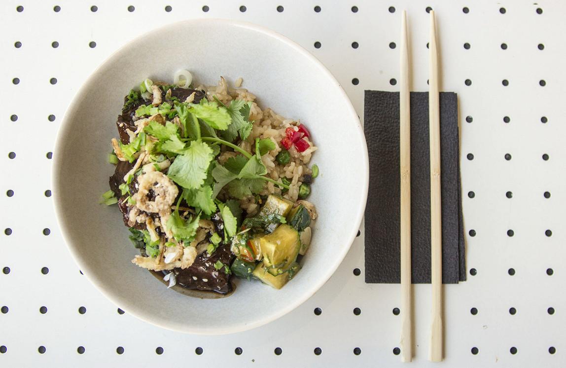 Ресторан Bao + Bar - фотография 9 - Глазированные говяжьи щечки, рис с овощами