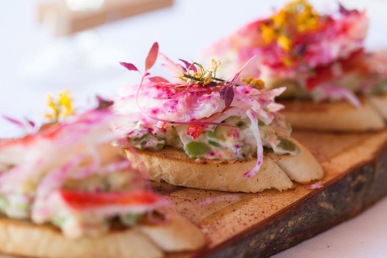 Ресторан Dozari - фотография 21 -  Брускетта с крабом и гуакомоле из авокадо (3 штуки)