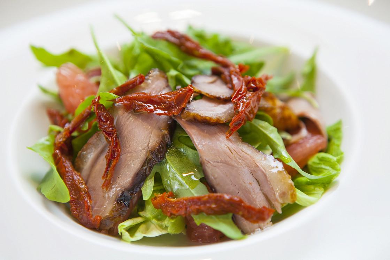 Ресторан Brera - фотография 7 - Салат с копченой уткой