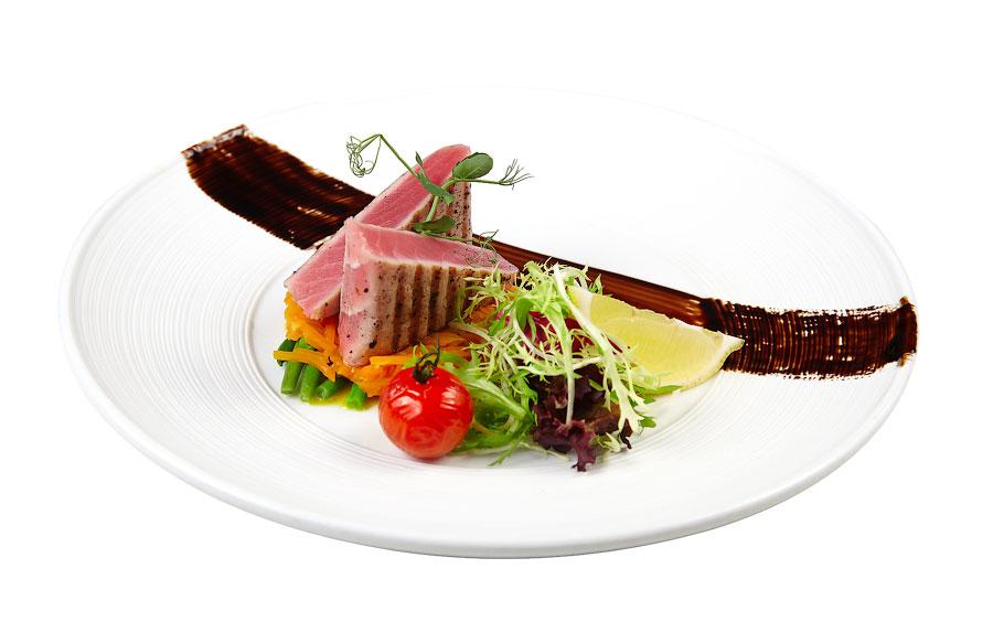 Ресторан Де Марко - фотография 24 - Средиземноморский тунец с кенийской фасолью:  Филе всеми любимого тунца обжаренное на гриле, с гарниром из кенийской стручковой фасоли, составит прекрасную пару с бокалом сухого белого вина.