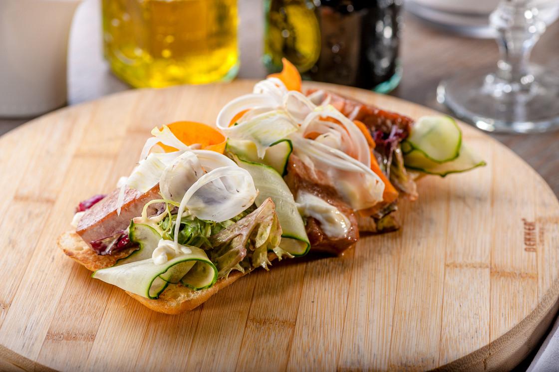 Ресторан After Seven Café - фотография 6 - Брускетта с тунцом, лимонным муссом и устричным соусом