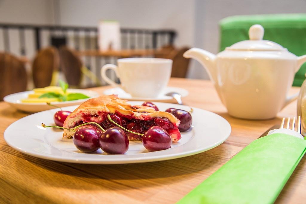 Ресторан Главпирог - фотография 1 - Пирог с вишней и Чай Горные травы