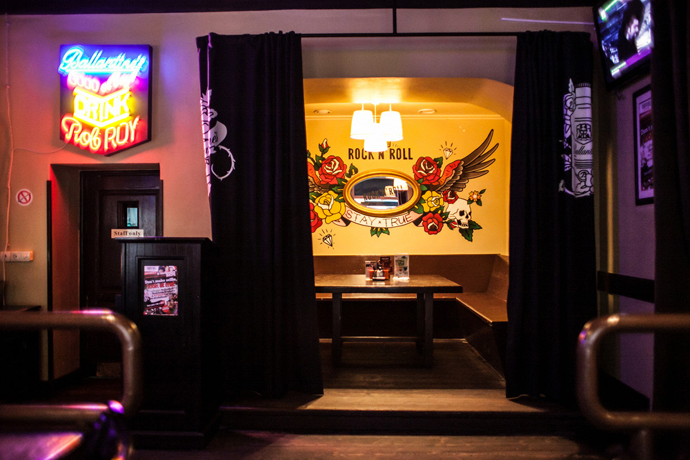 Ресторан Rock'n'Roll Bar & Café - фотография 3 - Кабинка