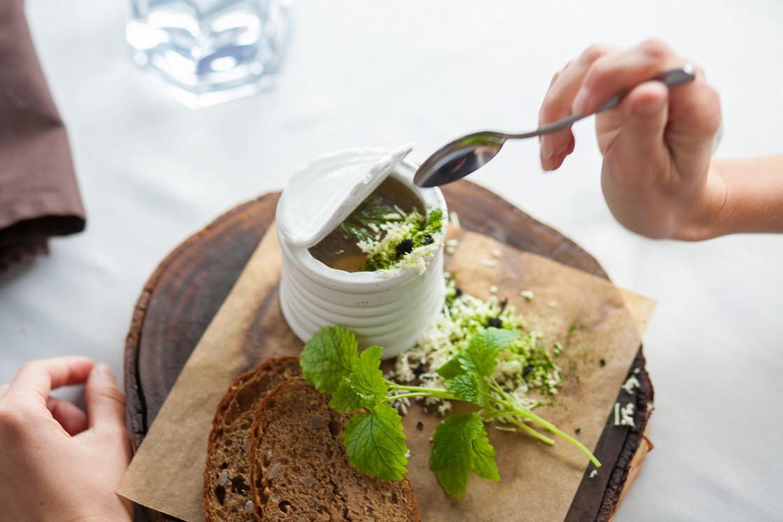 Ресторан Dozari - фотография 20 -  Холодец из говядины с гуанчиале и свежим хреном