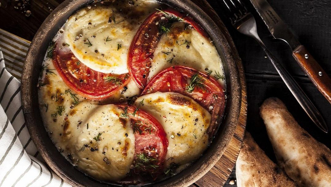 Ресторан Джонджоли - фотография 2 - Жареный сыр Сулугуни со свежими помидорами