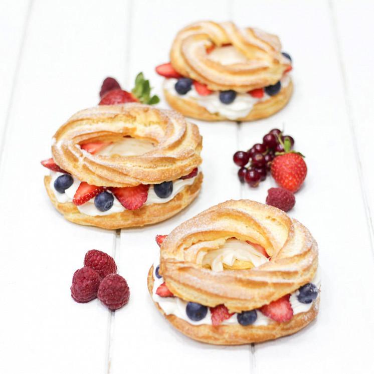 Ресторан Teabakery - фотография 11 - Ягодные кольца из заварного теста с нежным кремом шантильи и ягодами, 250 р.