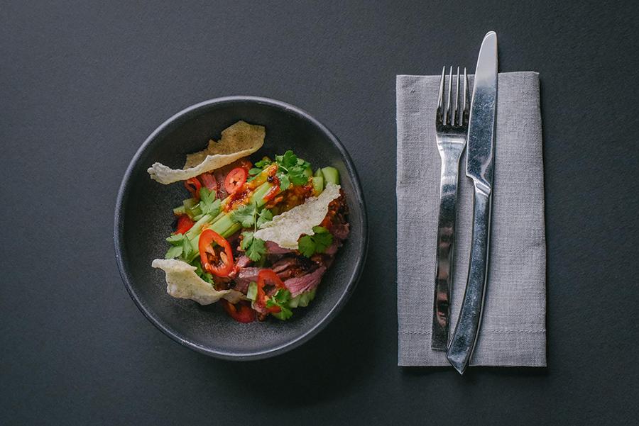 Ресторан Брют - фотография 6 - Острый салат с огурцом, говядиной, соусом из сычуанского перца и чипсами из киноа