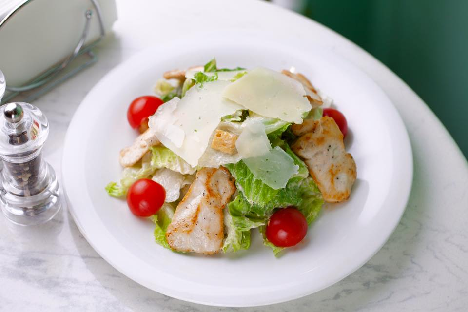Ресторан Коперник - фотография 5 - Салат Цезарь с курицей