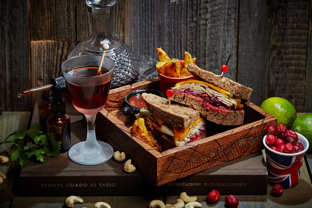 Ресторан Dyxless Bar - фотография 3 - «Мескаль и Индейка»: сэндвич с пастрами из индейки, бататом и соусом из клюквы и тернового ликера плюс строгий коктейль на основе мескаля, с апельсиновым ликером, вермутом и биттером с нотками цитруса