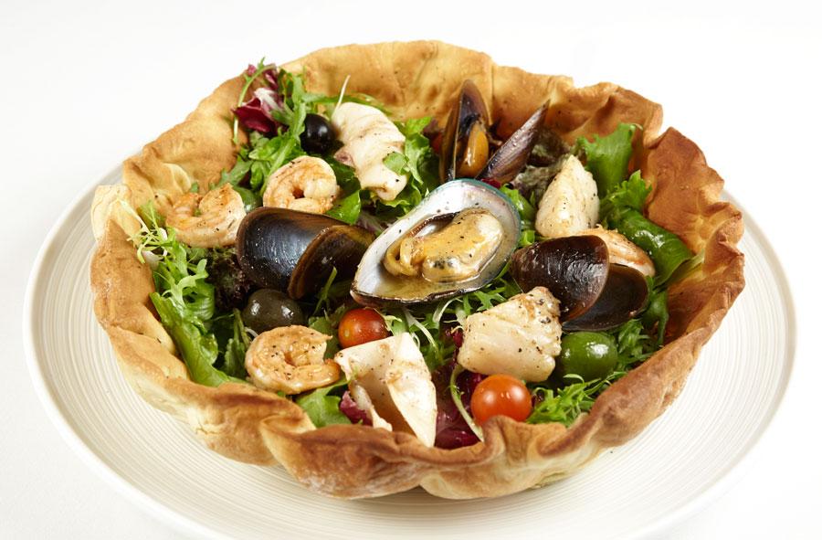 Ресторан Де Марко - фотография 13 - Салат с морепродуктами на фокаччо, под соусом «Цитронет»