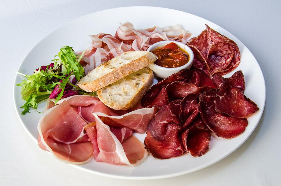 Ресторан Де Марко - фотография 33 - Ассорти из итальянских колбас (Брезаола, Панчетта, Салями , Пармская ветчина) с соусом «Арабьятта», брускеттами и микс-салатом.
