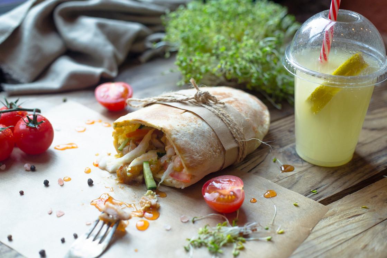 Ресторан Peat Me - фотография 6 - Пита с курицей в кисло-сладком соусе