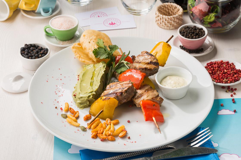 Ресторан Солнечный город - фотография 5 - Шашлычки из свинины с лепёшкой и сальсой из авокадо