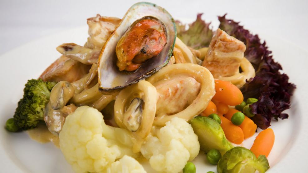 Ресторан Discovery - фотография 32 - «Горячий морской роман» /из тигровых креветок, мидий, филе лосося, кальмаров, на теплых овощах под сливочным соусом/