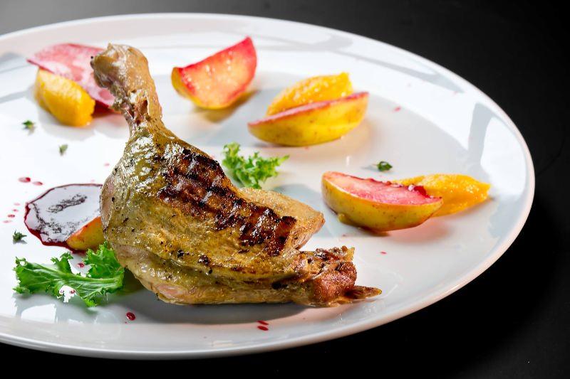 Ресторан Pool Bar & Grill - фотография 11 - Утиная нога с яблоками в кальвадосе