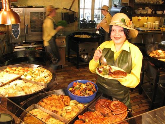 """Ресторан Грабли - фотография 7 - Еда в """"Граблях"""" готовится на глазах гостей"""