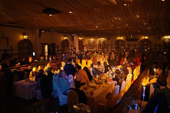 Ресторан Орлов - фотография 8 - Зал вечером