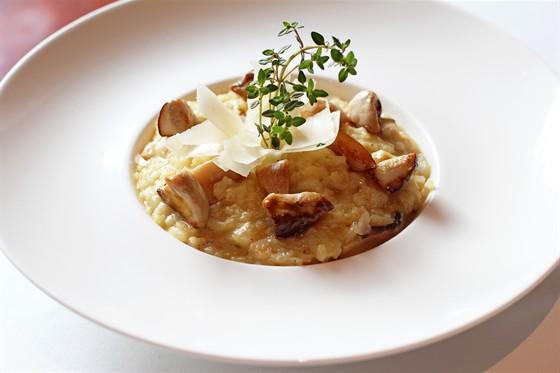 Ресторан Граци - фотография 2 - Ризотто с лесными грибами на белом вине со свежим тимьяном и сыром Пармезан