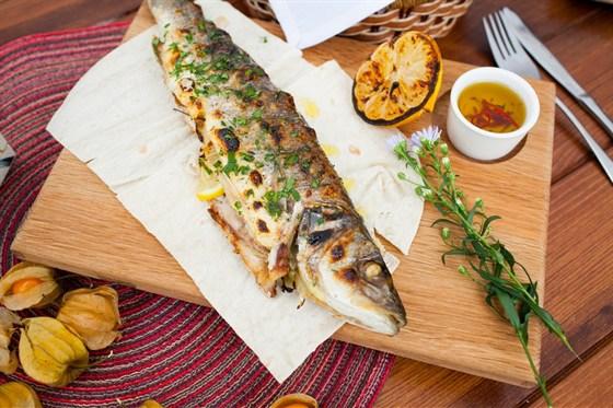 Ресторан Птички и ягоды - фотография 3 - Сибас средиземноморский на гриле с пряным маслом