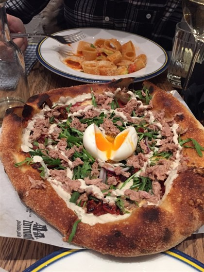 Ресторан Zotman Pizza Pie - фотография 1 - Пицца с тунцом.
