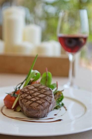 Ресторан Пирс - фотография 10 - Филе говядины с теплым салатом