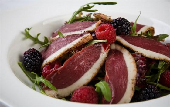 Ресторан Discovery - фотография 13 - Cалат из утиной грудки, подается на листьях салата с малиной под пикантным ягодным соусом
