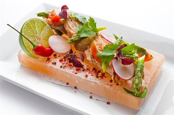 Ресторан Де Марко - фотография 34 - Обожженный норвежский лосось, свежий огурец и зеленая спаржа, подается на солевой плитке с травами и лаймом