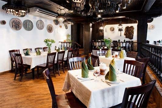 Ресторан Салхино - фотография 25 - Основной зал обволакивает уютом и теплом, его пространство поделено на несколько зон: столики под белыми скатертями соседствуют с уединенными кабинками у стрельчатых окон.
