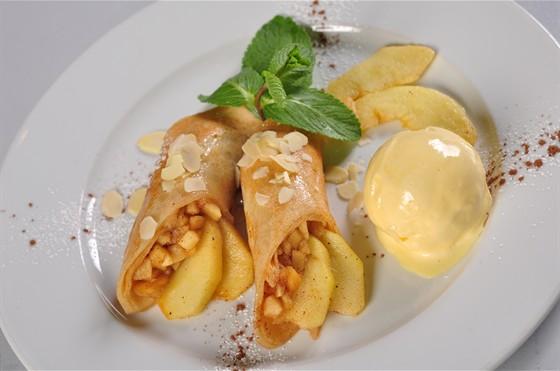 Ресторан Пралине - фотография 8 - Креп с бананом и ванильным мороженым.
