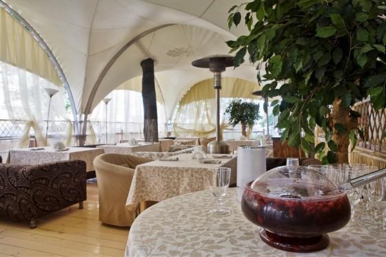 Ресторан Колесо времени - фотография 9 - Летняя веранда на 20 персон