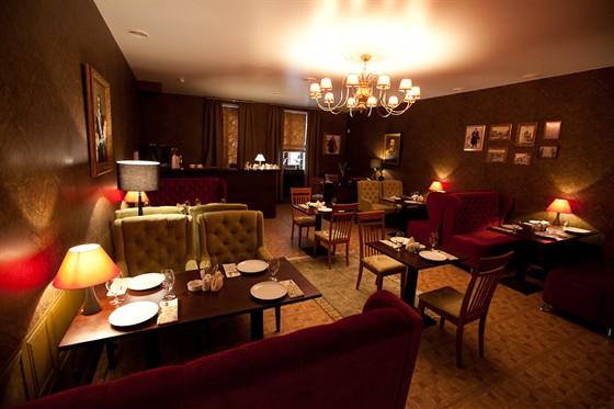 """Ресторан Гармошка - фотография 13 - """"Мужской"""" зал оформлен в приглушенных тонах кабинетного стиля."""
