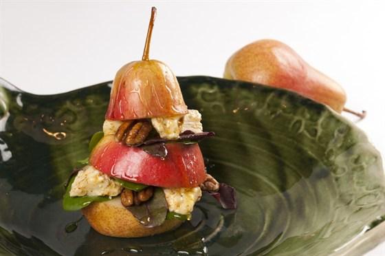 Ресторан Saperavi Café - фотография 45 - Груша с имеретинским сыром, орехом пекан и луговым медом