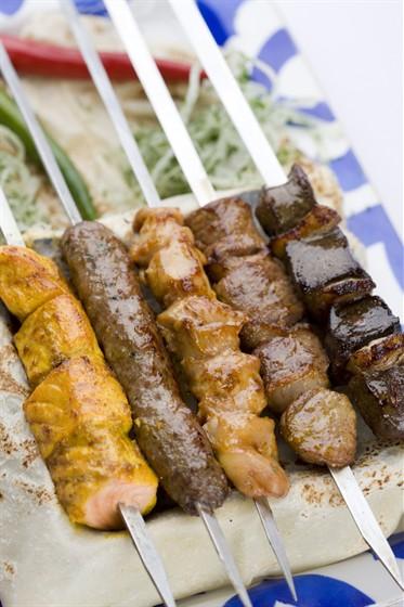 Ресторан Узбекистан - фотография 8 - Ассорти из шашлыков готовят исключительно из свежайшего мяса на открытом огне.