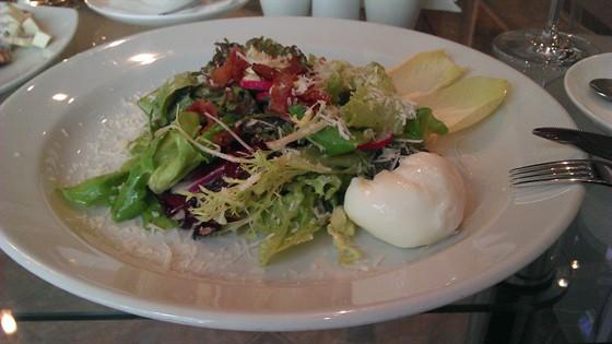 Ресторан Колесо времени - фотография 16 - микс из салата с яйцом пашот и беконом