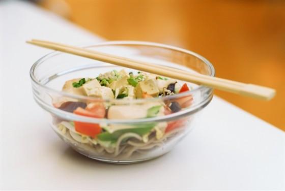Ресторан Воккер - фотография 12 - Салат овощной с тофу и ореховым соусом, 150,-