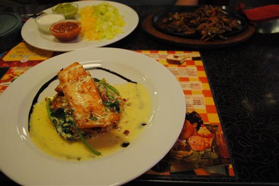 Ресторан Beverly Hills Diner - фотография 15 - Стейк лосось и фахитос с говядиной. Вкусно!