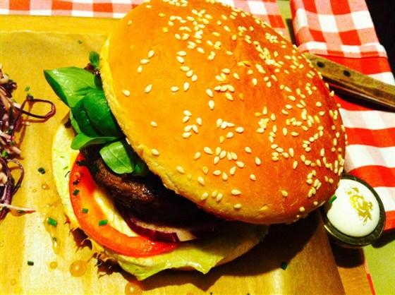 Ресторан Буковски - фотография 1 - Фирменный гамбургер Буковский