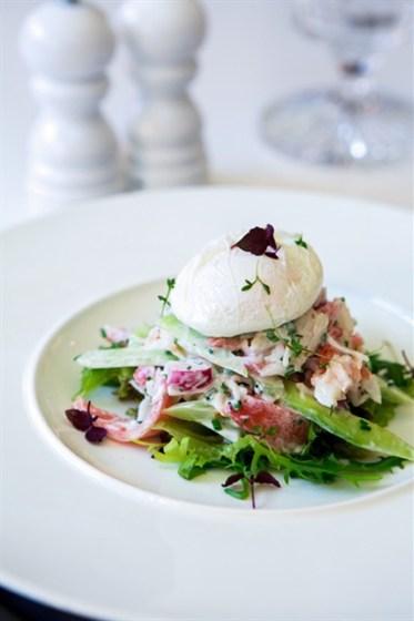 Ресторан Graf-in - фотография 14 - Салат с камчатским крабом, деревенскими овощами, шнитт луком, яйцом пашот, заправленный сметанным соусом