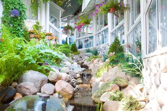Ресторан Дачная жизнь - фотография 2 - Летний сад для гостей