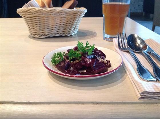 Ресторан Jimmy's Pub - фотография 25 - Салат из свеклы с грецким орехом.