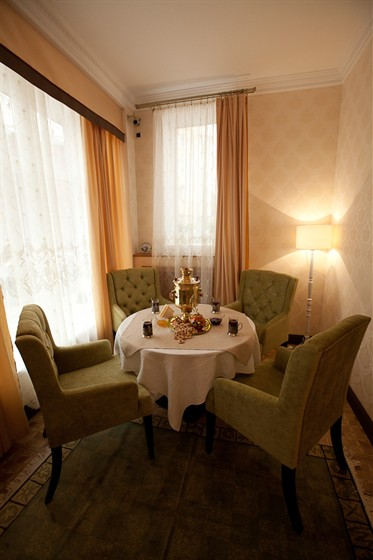 Ресторан Гармошка - фотография 12 - Уютный уголок в светлом зале. Самовар 1870 года.